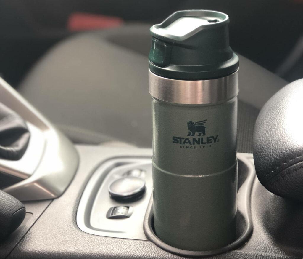 Stanley Classic Trigger-Action termokrūze ietilpst automašīnas dzērienu turētājā