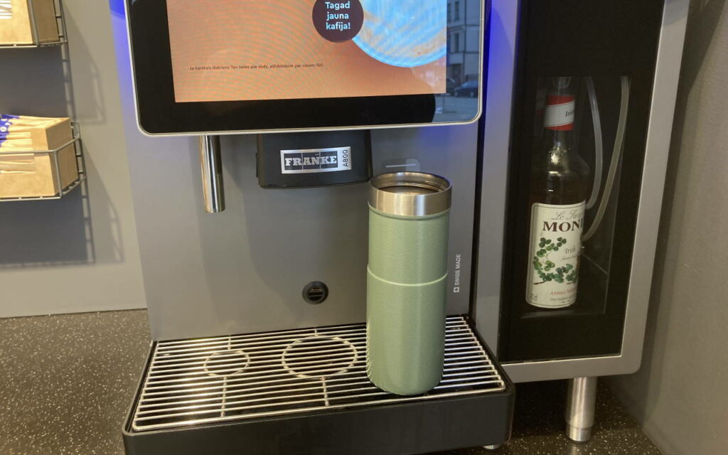 Stanley Trigger-Action termokrūze Narvesen kafijas automātā